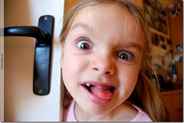 Uma criança desconcertada... não, é peralta mesmo...
