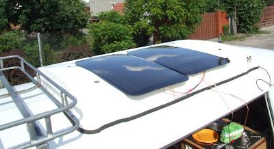 dwie baterie słoneczne na dachu samochodu kempingowego