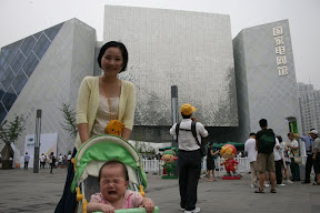 妹妹在上海吃盡山珍海味,冰淇淋啃完後又哭得斷腸了。