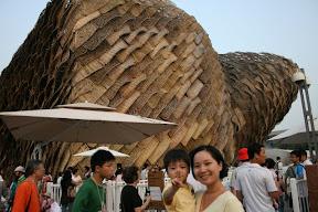 很棒的建物(西班牙館吧)…雖然木片裡頭還是有鋼骨…但是也打敗了一些鋼筋水泥啦。