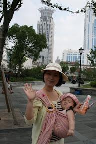在外灘某個建物前面的某個公園拍的照片…妹妹已經熱到苦不堪言啦