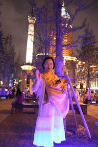 擺脫形象第二張,不知所云的動作。索性要她站在藍色地燈上拍了張倩女照。