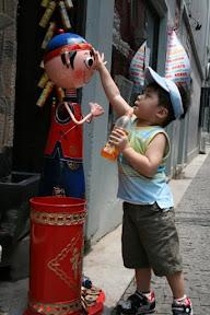 田子坊商家外娃娃多,每個都摸一下。