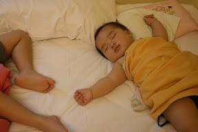 上海第三天,長途跋涉翻山越嶺的二個小孩都累了,妹妹睡得甜就拍她,哥哥睡得一付熊樣姑且拍腳。