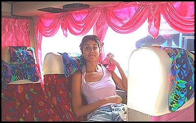 Míriam en el autobús de la Barbie