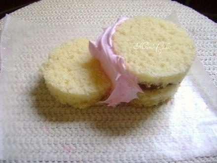 uniendo el minicake de botitas con suspiro