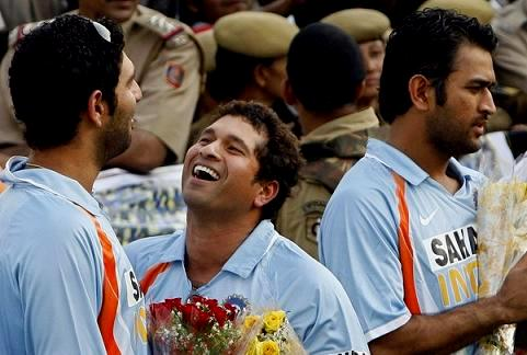 Sachin Tendulkar enjoys a light moment with Yuvraj while Dhoni looks a bit clueless