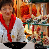 Elle vend des cornets aux deux parfums : jambon et saucisson