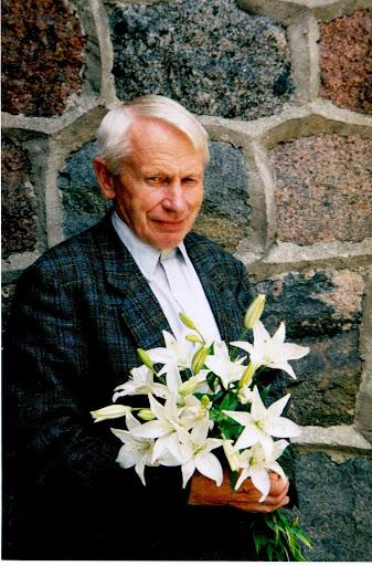 po 80-ojo gimtadienio Šilutėje su savo mėgstamiausiomis gėlėmis - lelijomis