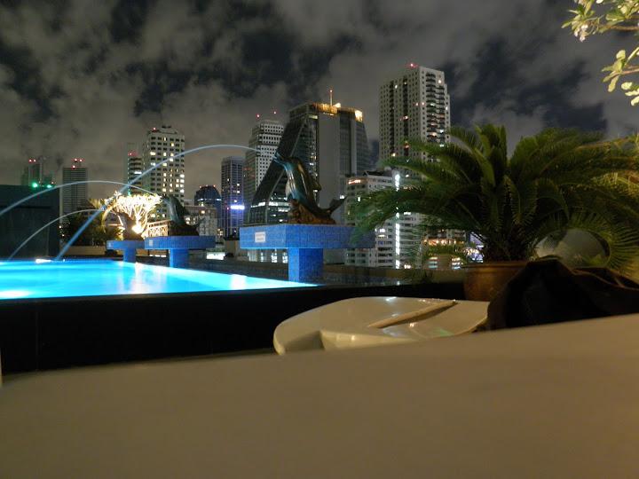 Widok z hotelowego basenu wieczorem