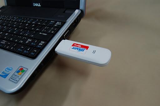 SMART Bro をラップトップ(ノート)パソコンのUSBポートに挿入する