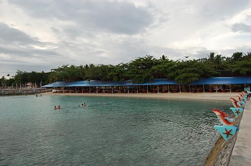 バンカーボートの船着場の反対の堤防よりビーチ方面を望む