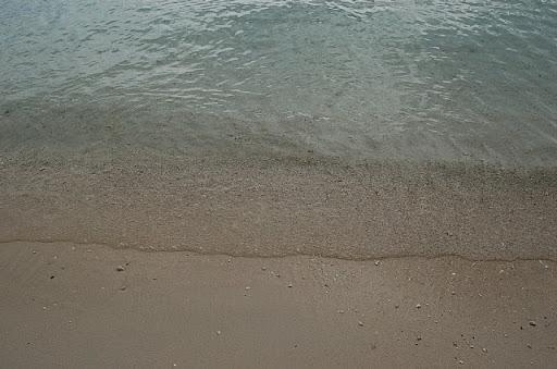ビーチの波打ち際の様子 - そこそこ綺麗です