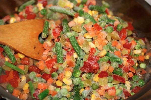 Добавляем замороженные овощи.jpg