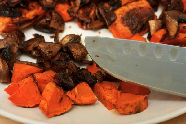 Нарезаем морковь и грибы.jpg
