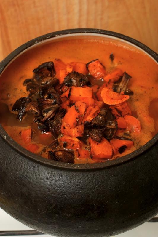 Добавляем морковь и грибы.jpg
