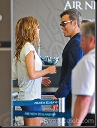 Robbie-Williams-and-Ayda-Field-do-PDA-at-LAX (9)