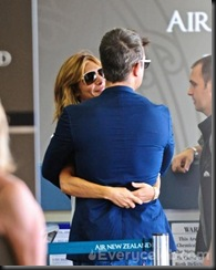 Robbie-Williams-and-Ayda-Field-do-PDA-at-LAX (17)