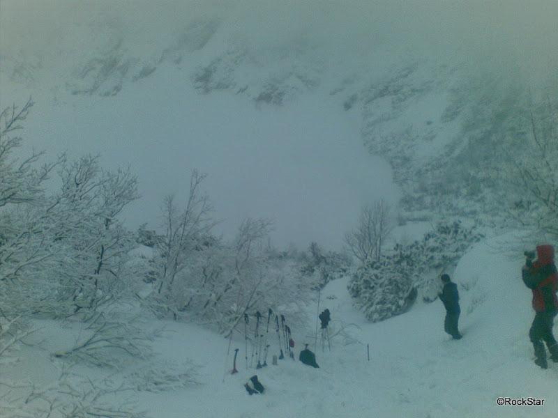 Kúdol prachového snehu doletel cez pleso až k Brnčalke..... FOTO Juraj Bobocký