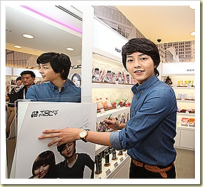 Song Joong Ki signs the TonyMoly poster inside the Bugis Junction Flagship store