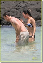 megan-fox-brian-austin-green-kiss-in-kona-31