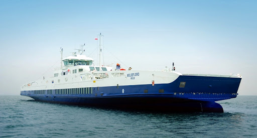 Prom morski zasilany skroplonym gazem ziemnym (LNG)