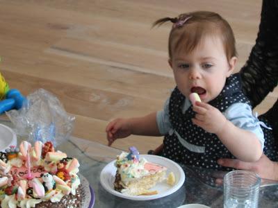 Sterre zelf de taart aan het eten