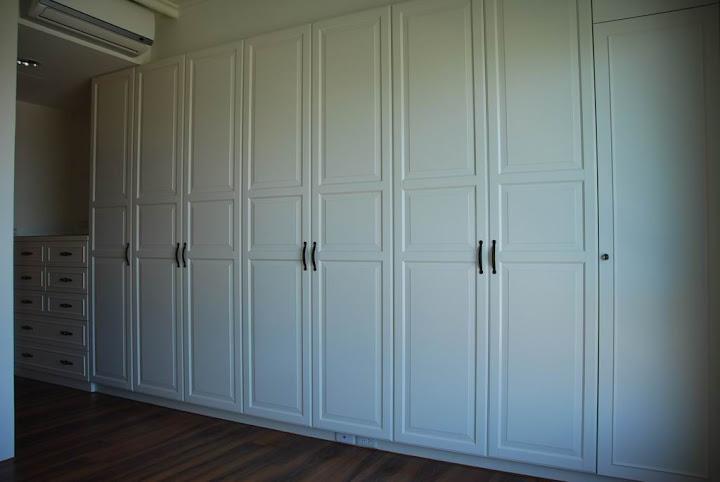 主臥房的衣櫃門片選則擇 IKEA 的  BIRKELAND 門板