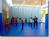 Monitores y participantes sobre el nuevo tatami instalado en el Pabellón.