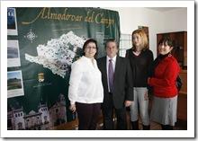 Un momento de la visita de la delegada Olmedo (centro) a la Oficina Municipal de Turismo.