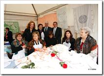 El presidente de Castilla-La Mancha, José María Barreda, acompañado de su esposa, Clementina Díez de Baldeón, asistió a la apertura de las II Jornadas Culturales para la Recuperación de la Feria de Ganado de Marzo, en Almodóvar del Campo. En la imagen, con un grupo de bordadoras.