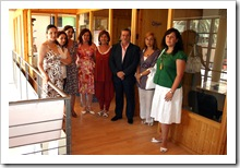 Las autoridades, junto al equipo de profesionales del Centro de la Mujer de Almodóvar del Campo.