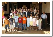 Fotografía de familia con los pequeños saharauis, sus familias de acogida y las autoridades.