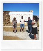 Un momento de la visita al municipio, en este caso junto al alcalde pedáneo de Retamar.
