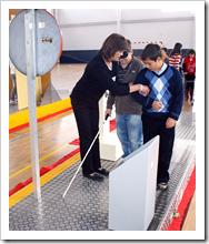 Una monitora ofrece instrucciones a los jóvenes usuarios.