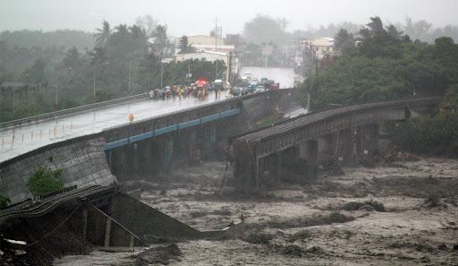 南迴鐵路鐵橋斷裂,被攔腰斷成四截。m27_19937225.jpg