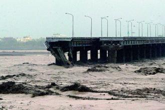90808-連接高雄縣林園到屏東新園的雙園大橋,今天凌晨斷裂。