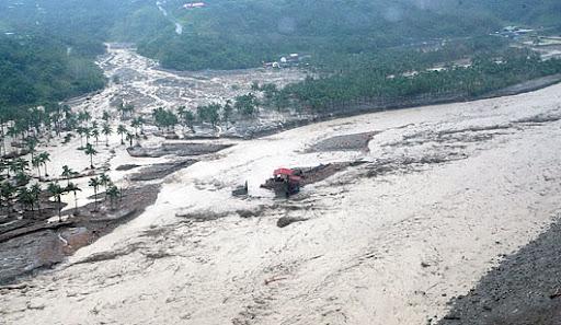 陸軍航特部昨天派直升機進入小林村空域,從空中俯瞰,滿村盡是滾滾土石流,僅見零星的房舍屋頂。