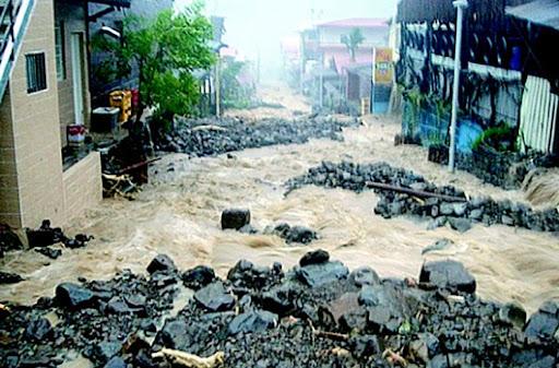 小林村整村遭土石淹沒,連附近地勢較高的那瑪夏鄉民權村也被洪水侵襲,街道上的滾滾洪流,相當駭人。