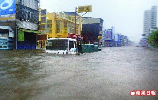 屏東縣林邊鄉淹水嚴重,馬路宛如河道