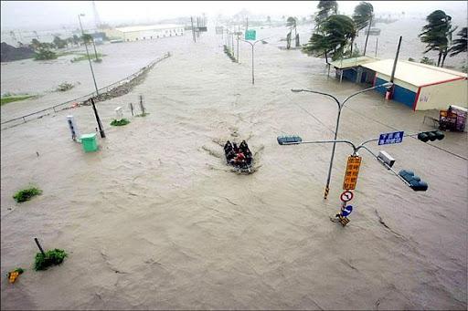 屏東縣林邊鄉遭遇有史以來最嚴重的水患,地方亟待救災之際,無奈爆發中央與屏東縣政府互相指責救災不力的口水戰。