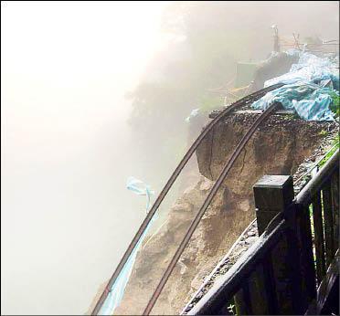 莫拉克颱風帶來豐沛的雨量,造成阿里山森鐵23公里350公尺崩坍處災情加劇,約15公尺路基滑落山谷