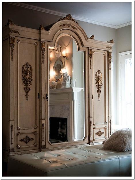 armario antiguo decapado blanco con detalles bronce