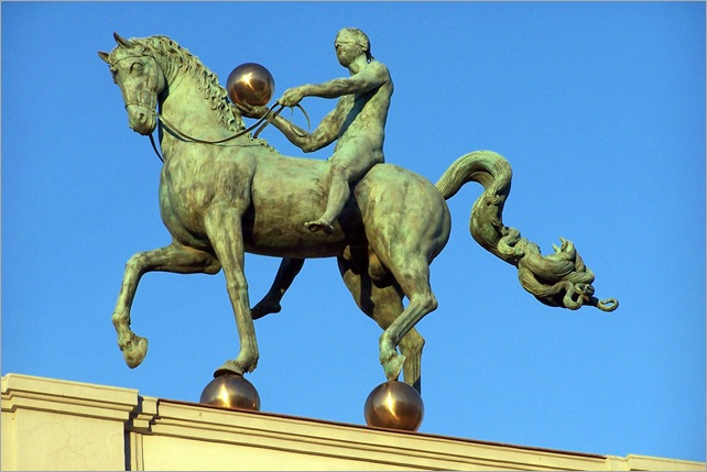 El instante preciso de Guillermo Pérez Villalta. Jinete sobre la fachada del Ayuntamiento de Granada