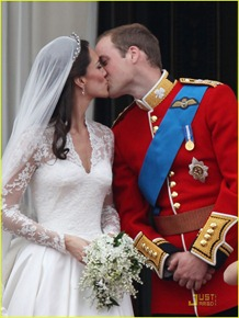 kate-middleton-prince-william-royal-wedding-first-kiss-05
