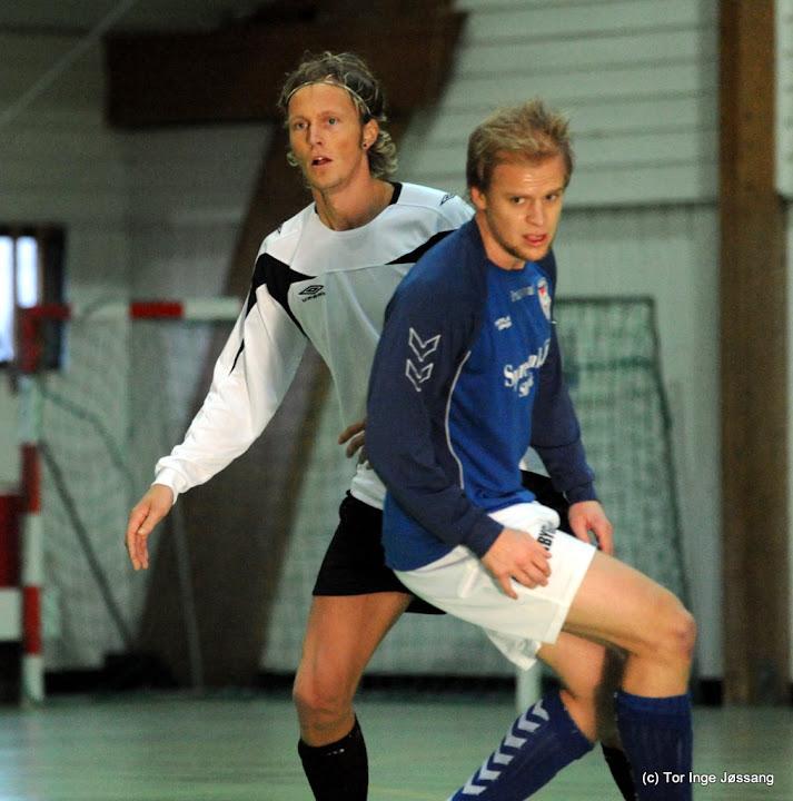 Staal-spiller Stian Nag, her til venstre i kamp for Hjelmeland Futsal, vil blogge fra treningsleiren i Tyrkia.