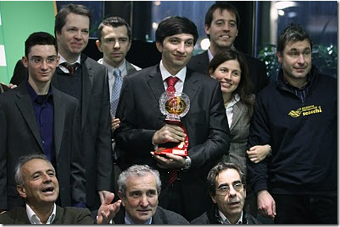 Vugar Gashimov holds the trophy!