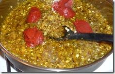 Добавлю карри, томатную пасту и специи