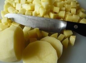 Картофель режу кубиками