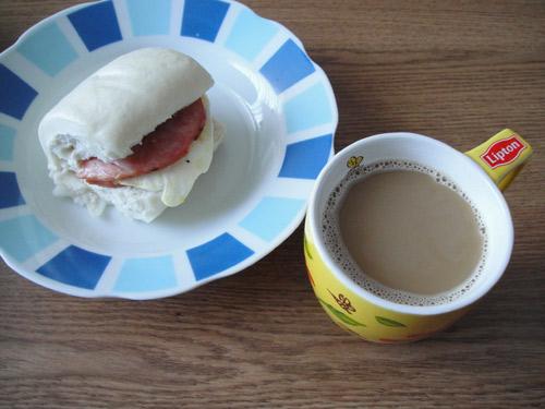 午餐:饅頭夾火腿蛋 + 熱咖啡